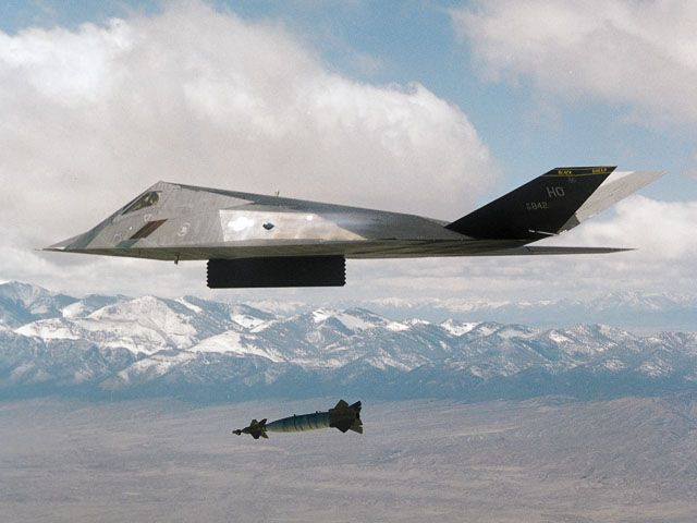 [F-117A #842 dropping a LGB munition. (LMSW)]